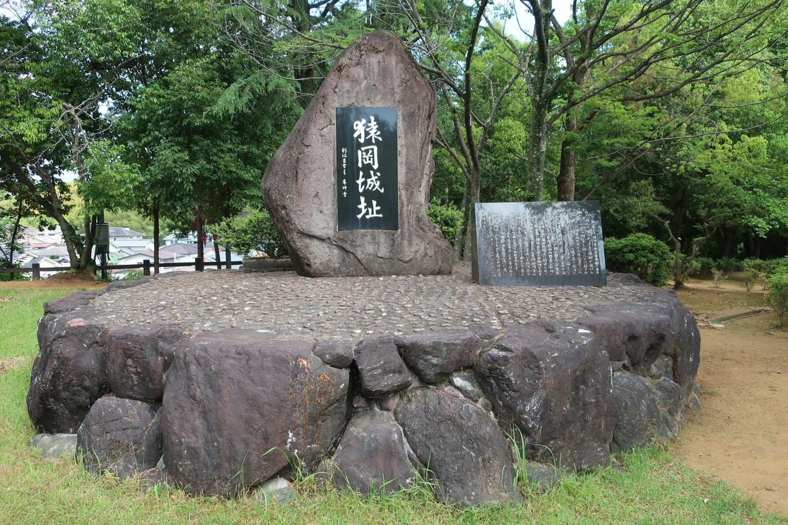 二之曲輪の城址碑