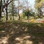 公園になっている二の丸跡。手前の盛り土は土塁?