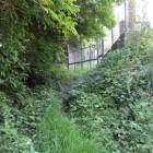鉄塔の裏手に進む道先にもしかしたら遺構が(藪で止めた)
