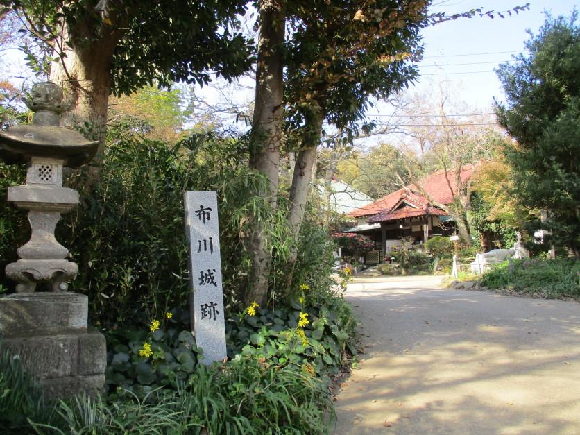 徳満寺入口にある城碑