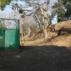 三ノ丸跡のテニスコート横の土塁