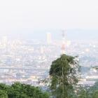 遠くに高崎市庁舎(高崎城址)
