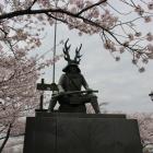 本多忠勝公像と桜