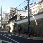 福徳寺と西側の道(堀切跡?)。