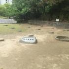 本丸の礎石跡と井戸跡