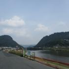 川を挟んで左:新高山・右:高山