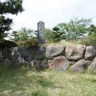 学校内の一画に城碑台