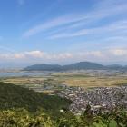 真ん中左の低い山が安土城跡。真ん中の大きな山が観音寺城跡。