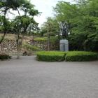 本丸跡と家康公の像