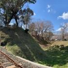 飯田線に分断された土塁と内堀跡
