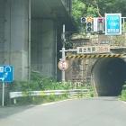 左:玄蕃尾城へ 正面:柳ケ瀬トンネル