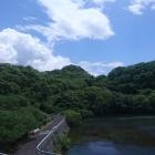 中央の山が保木城
