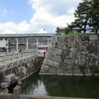 市役所に隣接する石垣と水堀