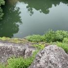 堀と高石垣(石垣の上から覗き込む)