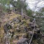 裏門真上の岩橋(両側絶壁)