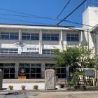 久美浜小学校正門と案内板(右横)