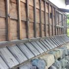 天守一階の下見板と水切り屋根。