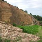 西門付近の復元された版築土塁。
