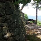 本丸跡の石垣。奥には雲の井が。