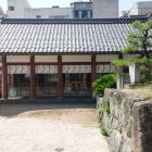 柴田神社拝殿と日向門跡石垣。