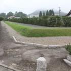 霧に霞む高嶺城と復元土塁と疑似堀