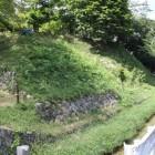 陣屋右側堀と石垣鉢巻土塁