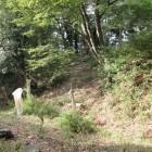 本丸虎口前の堀と土塁