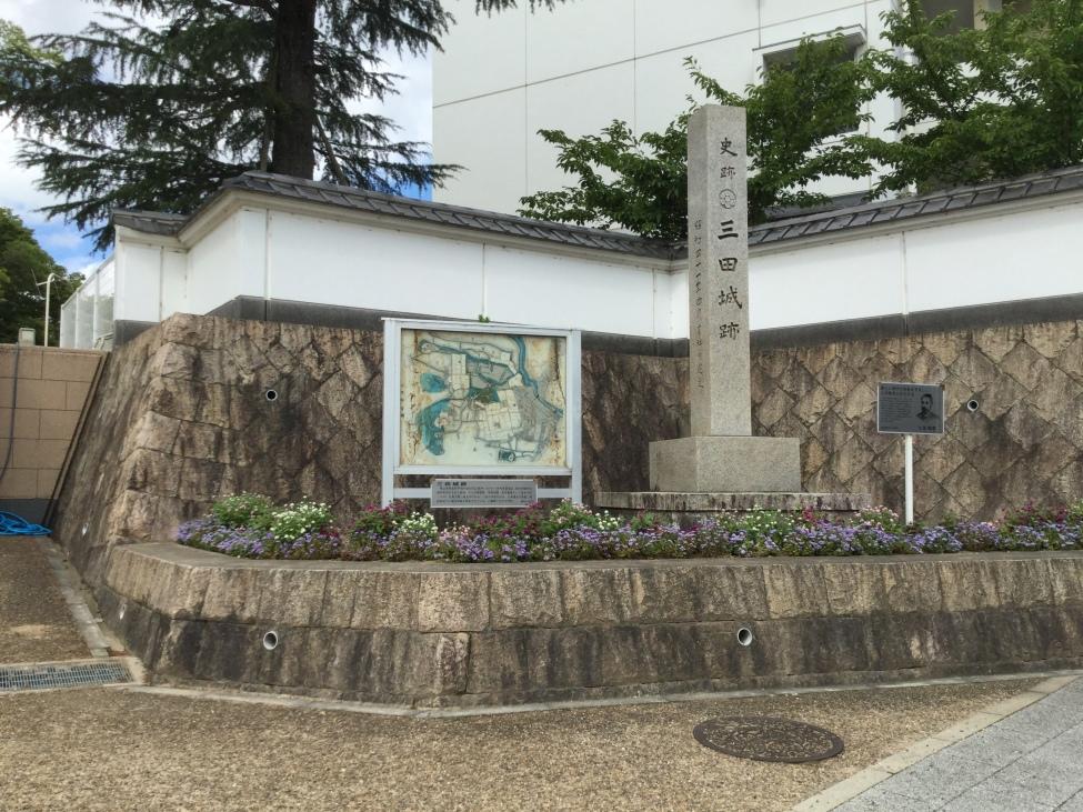 小学校(本丸)前の石碑