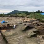 発掘調査中の館跡