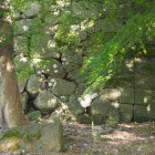 左右の積み方が異なる石垣