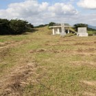 同左反対側城名石碑、展望台を見る