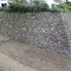 本丸西側角の櫓台石垣と空堀