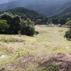 山頂城塁から草スキー場を見下ろす