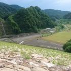 ダムから山崎城を望む