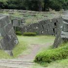 天守入口より、地震で歪んだ石垣