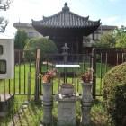 筒井順慶墓所の五輪塔覆堂