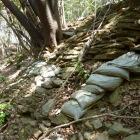 切通しの奥の斜面に石積み