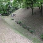 館東側堀、土塁、奥に東門の石垣の橋の基礎