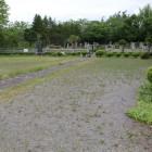 二の丸、奥に遠野南部氏墓所