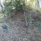 北の丸と堡塁の間、虎口の看板周辺。不自然に石が転がっている。