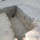 此方は二条城の発掘状況より(曲輪22-2)。地層が随分と細かく分割されている。木の根等を取り除いたにしても、こんな風には、ならない様な気がするのは気のせいか?