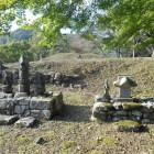 本丸跡に建つ石塔