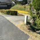 門入口道路際の石碑
