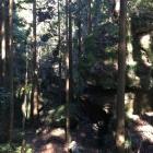 山道に張り出す巨石