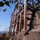 ギリギリの所に建つ、矢倉の骨組み