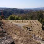 礎石が並ぶ郭と美濃側の風景