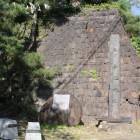 大手石垣と城名石碑