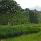 本丸、二の丸間の堀、石垣城塁は本丸側