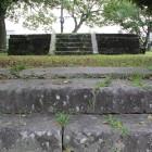 櫓台階段から上部石垣基壇を見る