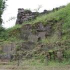 石切り場、崖から上がる館前列の石垣東端